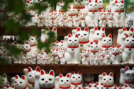 Maneki-neko beckoning cats at Gotoku-ji temple