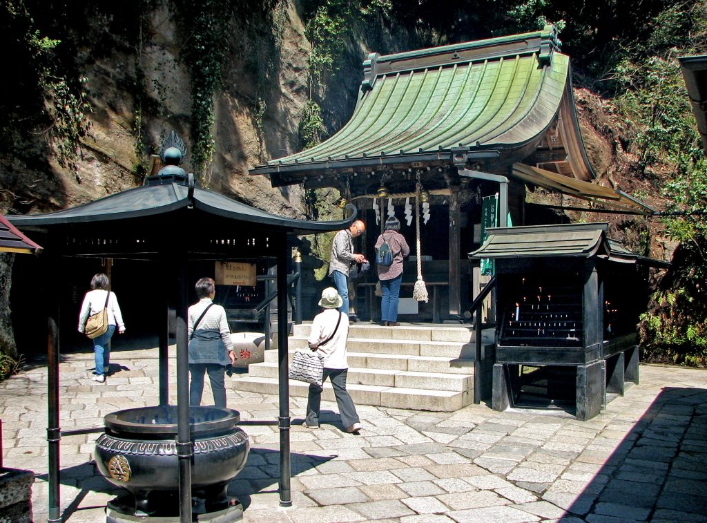 Zeniarai Benten shrine. Credit: Bernard Gagnon. Licensed under CC.