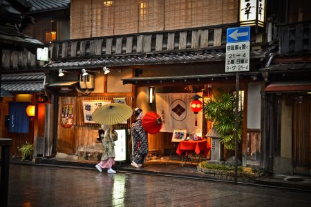Geisha and Maiko in Gion, Kyoto. Credit: David Offf. Licensed under CC.
