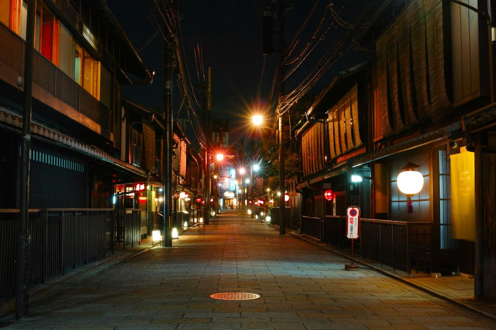 Gion at night. Credit: bethom33. Licensed under CC.