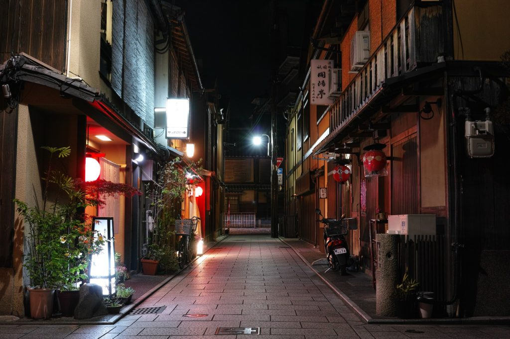 Gion by night. Credit: bethom33. Licensed under CC.