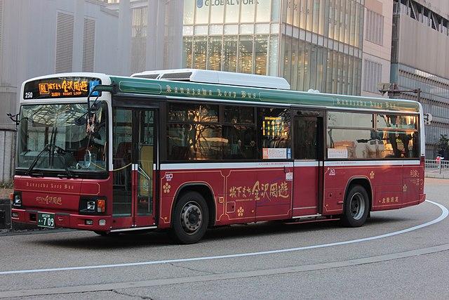 Kanazawa Right Loop Bus. Photo by SONIC BLOOMING. CC BY-SA 4.0.