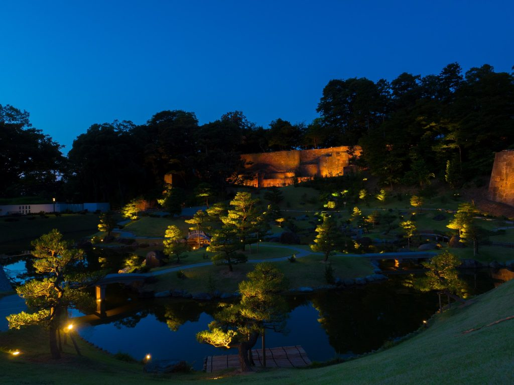Gyokusen'inmaru Garden at night. Photo by Okochuke. CC BY-SA 3.0.