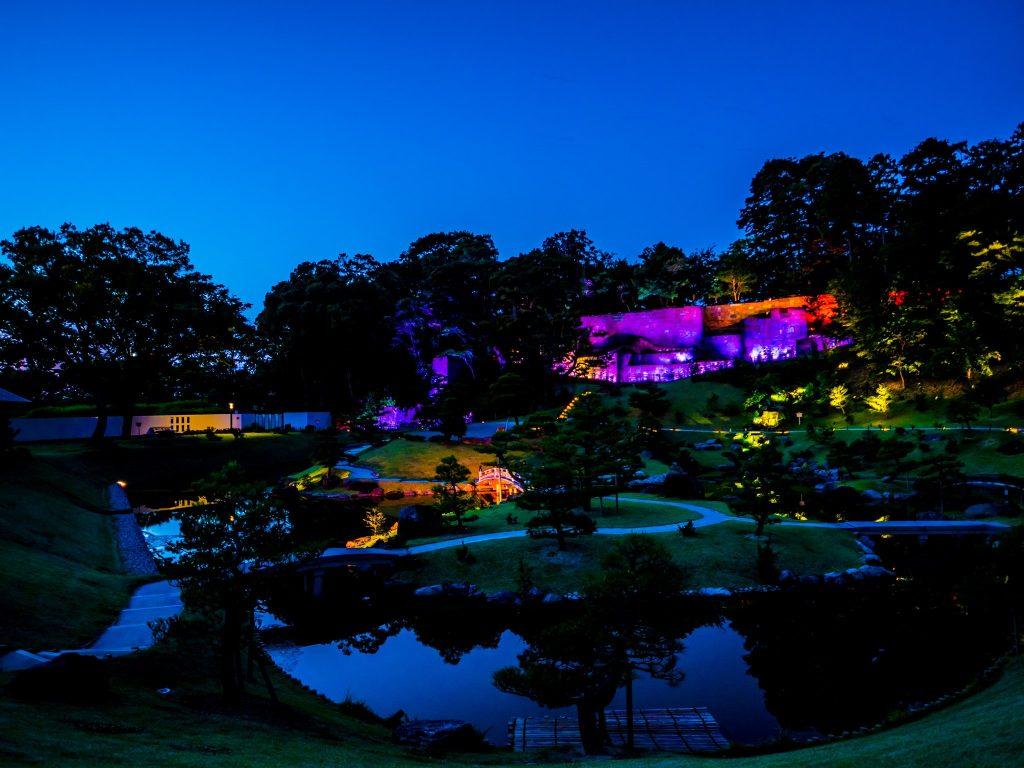 Gyokusen'inmaru Garden at night. Photo by Okochuke. CC BY-SA 3.0.