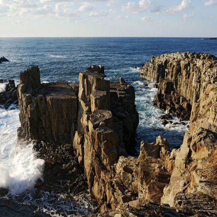 Tojinbo Cliffs, Fukui. Photo by 663highland. CC BY 2.5.