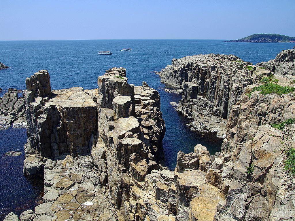 Tojinbo Cliffs, Fukui. Photo by Hiroaki Kaneko. CC BY-SA 3.0.