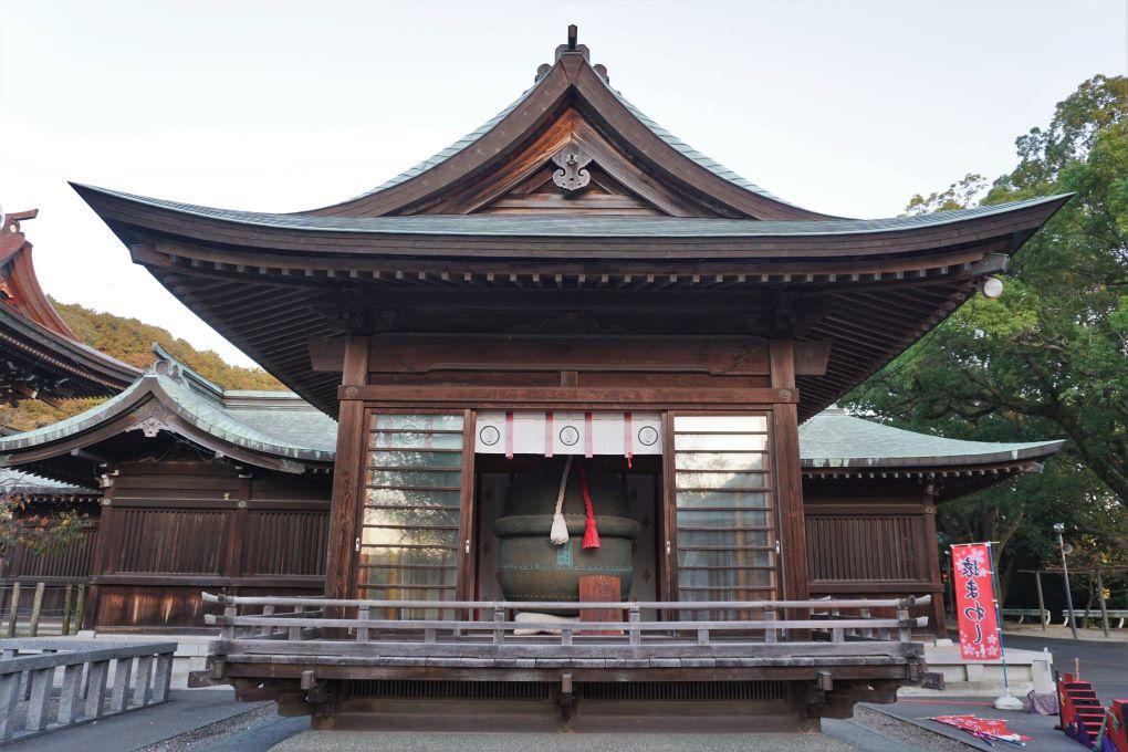 Large bell at Miyajidake Shrine, Fukutsu. © touristinjapan.com